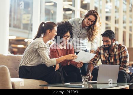 Multiethnische Gruppe von Geschäftsleuten zusammen arbeiten im Büro. Unternehmer sitzen mit Kolleginnen zu diskutieren. - Stockfoto