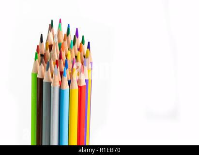 Stapel von pulsierenden bunten neuen un-verwendet Bleistifte in vielen Farben auf weißem Hintergrund - Stockfoto