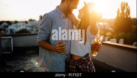 Glückliches junges paar Getränken und Balkon - Stockfoto