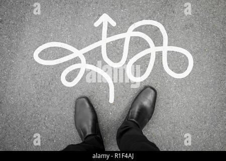 Geschäftsmann in schwarzem Leder Schuhe stehen auf dem Weg, die einfach nicht der richtige Weg zu sein. Leichte und harte Weise Konzept Design. - Stockfoto