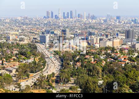 Los Angeles, Kalifornien, USA - 28. Mai 2017: Blick von Los Angeles mit Downtown LA im Hintergrund und Hollywood mit der Landstraße 101 in der Front. - Stockfoto