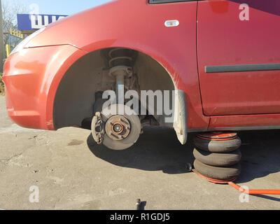 Auto Teil einer Bremse an der Garage, Auto Bremsscheibe ohne Räder closeup - Stockfoto