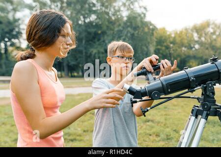 Kinder erziehung boy look durch ein teleskop stockfoto bild