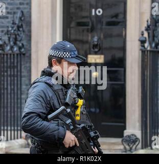 London, Großbritannien. 13. November 2018 Eine bewaffnete Polizisten Patrouillen außerhalb 10 Downing Street, London Credit Ian Davidson/Alamy leben Nachrichten - Stockfoto