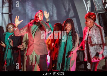 Covent Garden, London, UK, 13. Nov 2018. Das Königreich Chor singen. Paloma Faith Schalter am Covent Garden Weihnachtsbeleuchtung in der berühmten Piazza, während das Königreich Chor und die Firma des RSC Matilda Das Musical das Publikum unterhalten. Covent Garden erhält ein Besprühen der November Schnee mit vielen (falschen) Schnee, die auf Hunderte von Zuschauern, die sich gedreht haben. Credit: Imageplotter Nachrichten und Sport/Alamy leben Nachrichten - Stockfoto