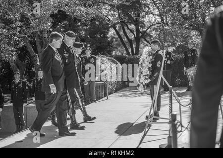 (Von links nach rechts) Dr. William Kennedy Smith; US-Armee Generalmajor Edwin Deedrick, Jr., Kommandierender General, 1 Special Forces Command (Airborne); und der US-Army Command Sgt. Maj. Tomas Soldaten Sondoval, Senior Advisor, 1 SFC (A); eine legen Kranz, Präsident John F. Kennedy's Grabstätte als Teil der 1 Special Forces Command (Airborne) Wreath-Laying Zeremonie am Grab von Präsident John F. Kennedy in Abschnitt 45 von den nationalen Friedhof von Arlington, Arlington, Virginia, 17. Okt. 2018. Die Zeremonie findet jährlich Präsident Kennedy's Beiträge zur U.S. Army Special Forces zu gedenken. - Stockfoto