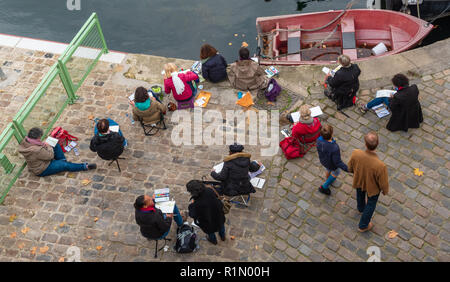 Paris, Frankreich - 4. November 2017 - eine Gruppe Pariser Künstler an den Ufern der Seine sind Malen, Skizzieren und Zeichnen. - Stockfoto