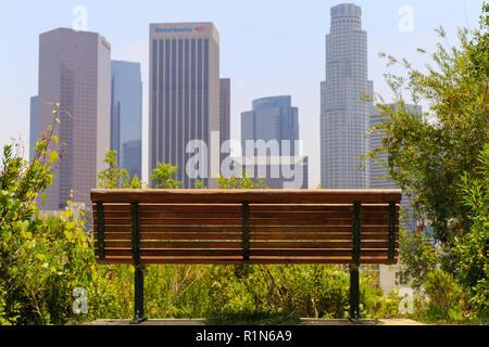 Los Angeles, Kalifornien, USA - 30. Mai 2017: Eine Parkbank mit einem spektakulären Blick auf die Innenstadt von Los Angeles. - Stockfoto