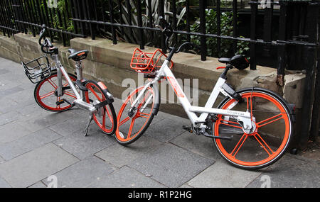 Mobikes auf der Straße in Newcastle upon Tyne - Stockfoto