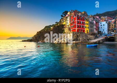 Riomaggiore town, Cape und Meer Landschaft bei Sonnenuntergang. Im Nationalpark Cinque Terre, Ligurien Italien Europa Seascape. - Stockfoto