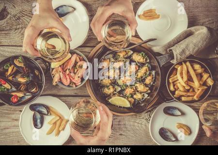 Familie in Sommer Mittagessen mit Meeresfrüchten, Ansicht von oben - Stockfoto