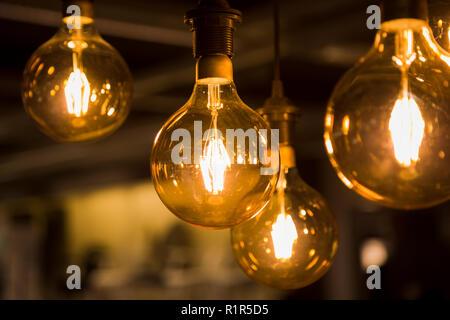 Gemütlich warmen gelben Licht. Edison die Glühbirne hängen. Nahaufnahme - Stockfoto