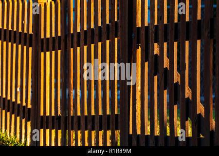 Ende Tag Sonnenlicht erzeugt Muster auf Holz- lattenzaun; 325 D Street; Salida, Colorado, USA