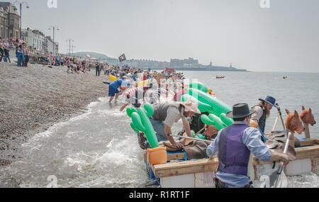Aberystwyth, Ceredigion, West Wales Sonntag, den 29. Mai 2016 UK Wetter. Aberystwyth Raft Race 2016. Die Menschen kommen aus der herrliche Sommer Sonne zu geniessen zu w - Stockfoto