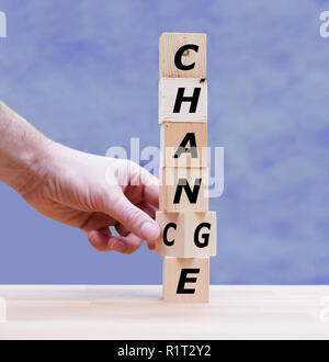 Hand dreht einen Würfel und Änderungen das Wort 'Ändern' zu 'Chance' - Stockfoto