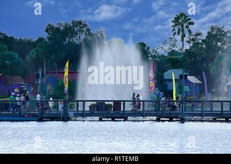 Orlando, Florida. September 29, 2018. Menschen wandern, am Ende des Tages im Seaworld Marine Themenpark - Stockfoto