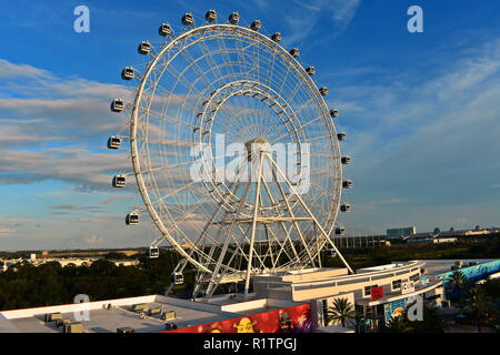 Orlando, Florida. September 27, 2018. Das Riesenrad auf dem Sunset bewölkter Himmel backroun in den International Drive. - Stockfoto