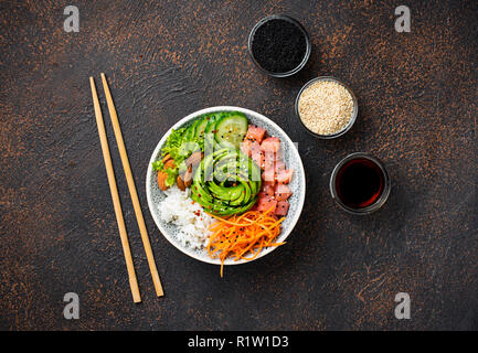 Hawaiian poke Schüssel mit Lachs, Reis und Gemüse - Stockfoto