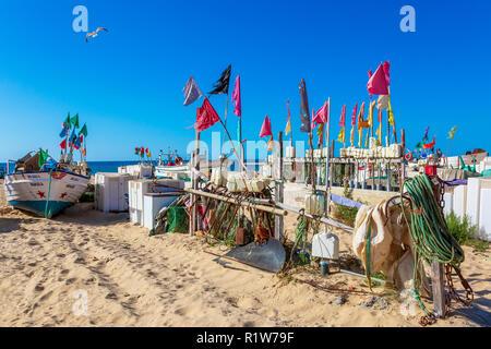 Angeln schwebt mit Fahnen von den einheimischen Fischern im traditionellen Stil Fischfang genutzt, Monte Gordo, Algarve, Portugal - Stockfoto