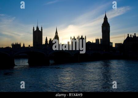 Die Häuser des Parlaments bei den Sonnenuntergang, von der Themse, London, England gesehen. - Stockfoto