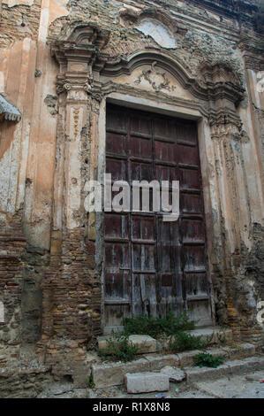 Außenfassade eines alten Kirche zerstört durch ein Erdbeben, Corleone, Sizilien - Stockfoto
