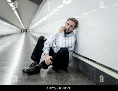 """Verzweifelte traurige junge Unternehmer leiden emotionalen Schmerz, Trauer und tiefe Depression allein sitzen im Tunnel"""", der U-Bahn im Stress leben Arbeit Probleme f - Stockfoto"""