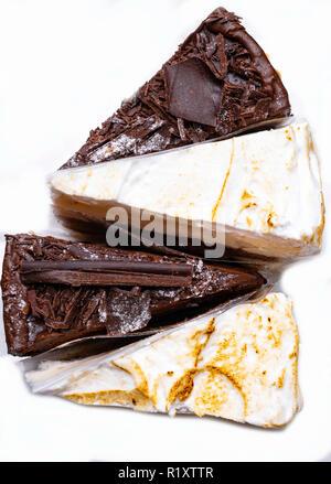 Sahne und schwarze Schokolade lecker Kuchen isoliert auf weißem - Stockfoto