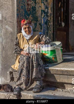 Istanbul, Türkei, November 9, 2012: Ältere türkische Dame vor der Haustür. - Stockfoto