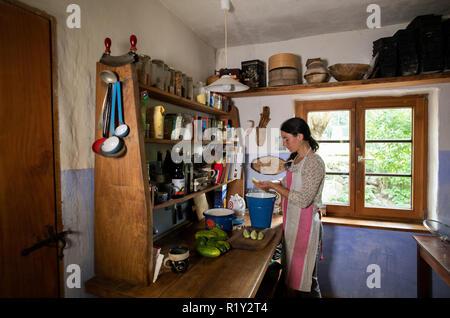kalkhorst deutschland 23 aug 2018 lina schimmel gie t die molke der so genannte dickete in. Black Bedroom Furniture Sets. Home Design Ideas