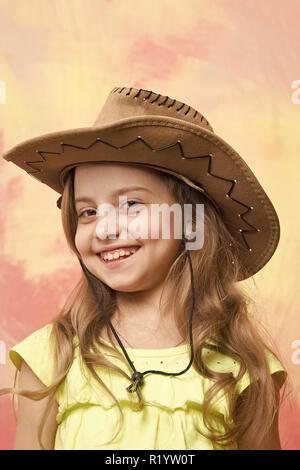 Schöne Mädchen in der Modebranche Cowboy Hut hat Smiling Happy Face auf farbigen Hintergrund - Stockfoto