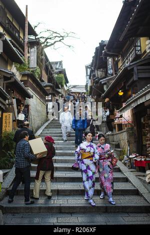 KYOTO, Japan - 10 Januar 2016: Japanische Frauen im traditionellen Kimono sind zu Fuß auf dem Weg zum kiyomizu-dera Tempel in Kyoto. - Stockfoto