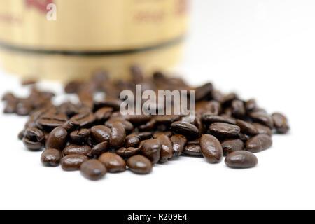Gruppe von Kaffeebohnen mit dramatischen Beleuchtung bei der Abfüllung von einem holzschaft auf Weiß. Geringe Tiefenschärfe. - Stockfoto