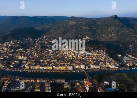 Luftaufnahme des schönen Dorfes Bosa mit farbigen Häusern. Bosa liegt im Nordwesten von Sardinien, Italien. - Stockfoto