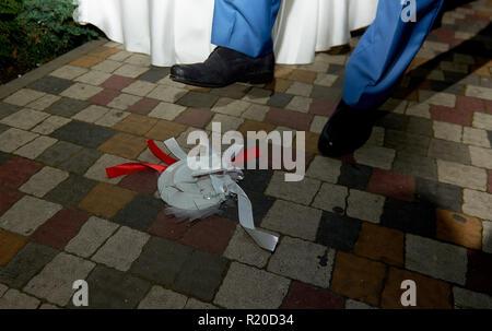 Brechen die Platten auf dem Boden während der Hochzeit beliebte Tradition - Stockfoto