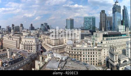 Dachterrasse mit Blick auf die Skyline der Bank von England, Threadneedle Street und der Londoner City Financial District, EG2 mit ikonische moderne Hochhäuser hinter - Stockfoto