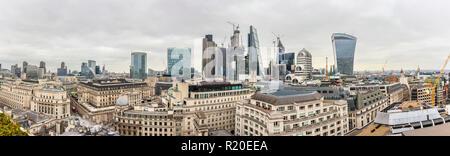 Panoramablick über die Bank von England und Naturschutzgebiet Sehenswürdigkeiten, Stadt London Financial District mit ikonischen hohen Wolkenkratzern - Stockfoto