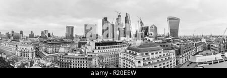 Panoramablick über die Bank von England und Naturschutzgebiet Sehenswürdigkeiten, Stadt London Financial District mit ikonischen hohen Wolkenkratzern, mono - Stockfoto