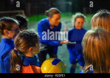 Mädchen Fußball-Spieler hören auf Trainer in Unordnung - Stockfoto