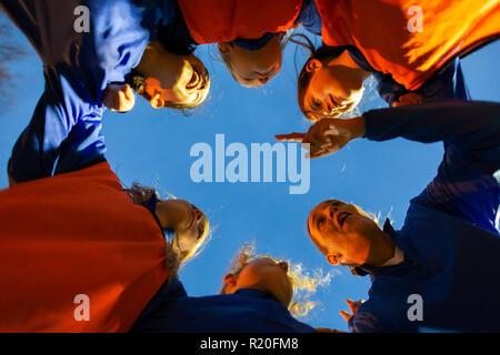 Mädchen Fußball Team hören Trainer in Unordnung - Stockfoto