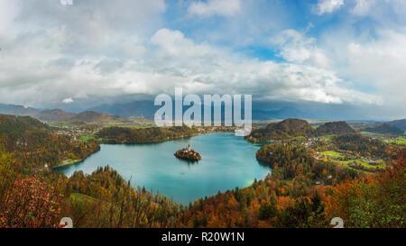 Bleder See ist ein See in den julischen Alpen der oberen Krainer Region Nordwesten von Slowenien, wo es grenzt an die Altstadt von Bled. Die Gegend ist ein Touris - Stockfoto