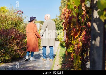 Schön im Alter von Paar stehen gemeinsam auf dem Weg - Stockfoto