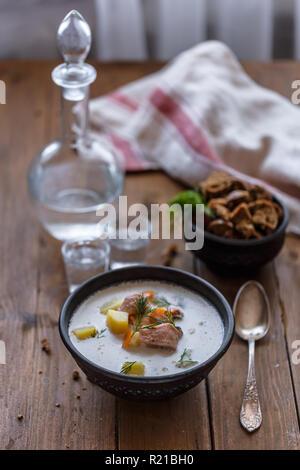 Traditionelle finnische Lachs und Creme Suppe - lohikeitto, selektiver Fokus - Stockfoto