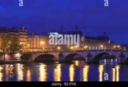 Seine Ufer, Pont Royal Brücke und das Orsay Museum in den frühen Morgen. Paris, Frankreich - Stockfoto