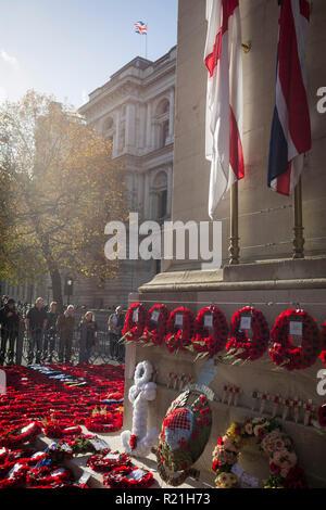 Die Besucher der Kenotaph in Whitehall zahlen, um ihren Respekt zu denen in Krieg und Konflikt, wo Kränze wurden 2 zwei Tage nach der Erinnerung Sonntag, der das 100-jährige Jubiläum des WW 1 Waffenstillstand gedacht getötet, am 13. November 2018 in London, England. - Stockfoto