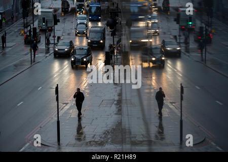 Fußgänger und Verkehr auf Upper Thames Street, in der City von London, das Finanzviertel der Kapital-aka der Square Mile, am 7. November 2018 in London, England. - Stockfoto
