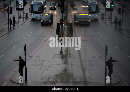Ein Fußgänger hagelt ein Taxi auf Upper Thames Street, in der City von London, das Finanzviertel der Kapital-aka der Square Mile, am 7. November 2018 in London, England. - Stockfoto