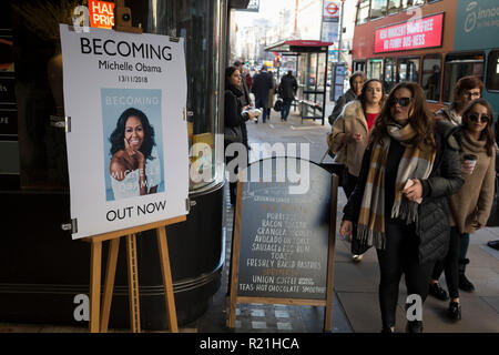 Außerhalb Waterstones in Piccadilly, Frauen vorbei an eine Werbung für die mit Spannung erwarteten bestselling Title, 'Immer' durch die ehemalige First Lady der USA, Michelle Obama, bevor sie ihre Werbung Tour durch Großbritannien, am 13. November 2018 in London, England. - Stockfoto