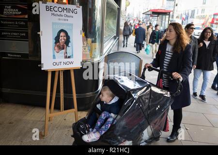 Außerhalb Waterstones in Piccadilly, eine Mutter übergibt eine Werbung für die mit Spannung erwarteten bestselling Title, 'Immer' durch die ehemalige First Lady der USA, Michelle Obama, bevor sie ihre Werbung Tour durch Großbritannien, am 13. November 2018 in London, England. - Stockfoto