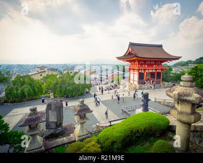 Ein Blick auf das Niomon Tor (Eingang) an Kyomizu-dera Tempel in der higashiyama Stadtteil von Kyoto, Japan. - Stockfoto