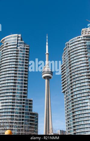 CN Tower zwischen neue Wohnung Gebäude gesehen, Toronto, Ontario, Kanada - Stockfoto